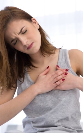 woman-with-pain-in-chest-heart-attack-accident-emergency-basic-life-support-defibrillation-resuscitation-AED-CPR-specialised-first-aid-course-didcot-oxfordshire-berkshire-wiltshire-england-united-kingdom-UK-saveyu