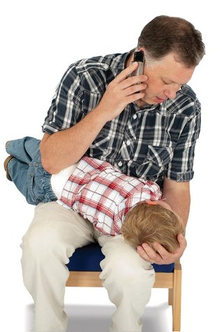 man-with-child-calling-CPR-emergency-paediatric-first-aid-course-didcot-oxfordshire-berkshire-wiltshire-england-united-kingdom-UK-saveyu