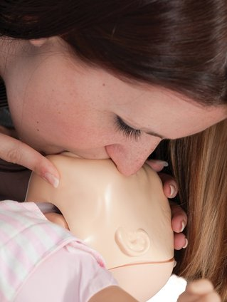 woman-with-baby-mouth-blows-save-life-CPR-emergency-paediatric-first-aid-course-didcot-oxfordshire-berkshire-wiltshire-england-united-kingdom-UK-saveyu